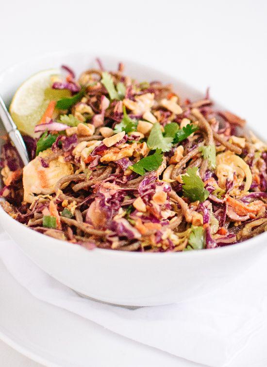 Een gezonde, goed gevulde Aziatische salade met kool, wortels, noedels met een pinda-sesamdressing.