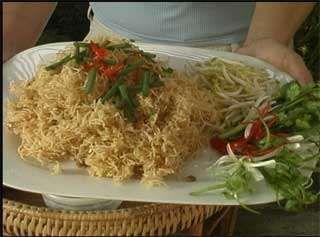 Gli spaghetti di riso fritti sono un saporito piatto della cucina tailandese…