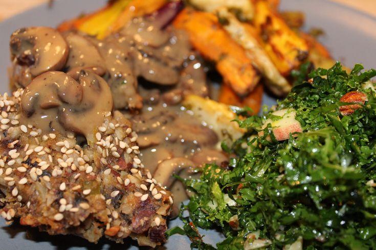 Vegansk mandelsteg med champignonsovs er festmad. Mandelstegen består af mandler, svampe, gulerødder, boghvedekerner, løg, hvidløg og bladselleri.