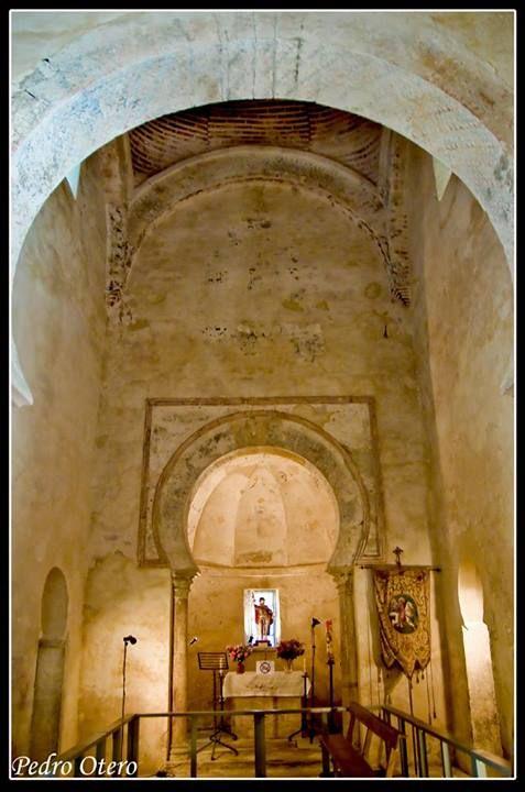 ARTE MOZÁRABE Santiago de PEÑALBA (El Bierzo, León) vista interior foto Pedro Otero