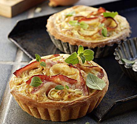Pizzatörtchen mit Speck & Zwiebel - für das ausführliche Rezept auf das Bild klicken!