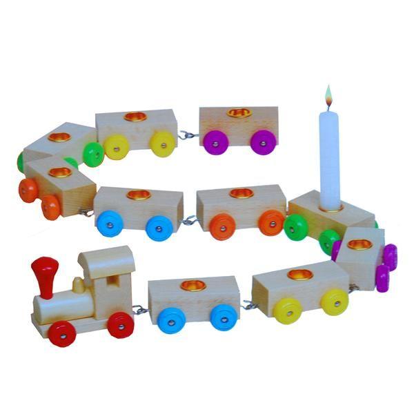 velas de cumpleaos en un tren de madera tantos vagones y velas como aos cumpla
