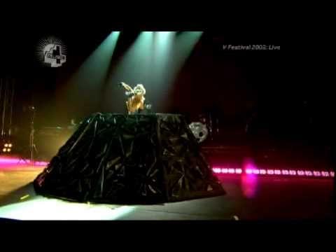 Falta menos de un mes para ver a mi artista favorita, sigo sin creerlo. Lady GaGa - Paparazzi (Live at V Festival 2009) [23/08/09]