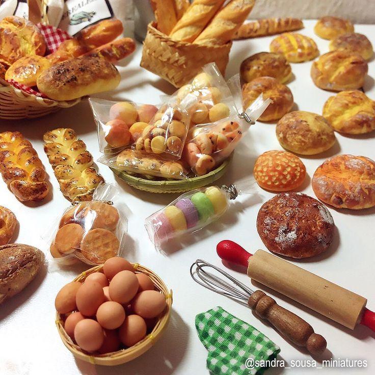 Pães e outras guloseimas miniaturas que fiz nestes últimos dias.  . #miniatureart #miniaturefood #dollhouse #dollhouseminiatures #food…