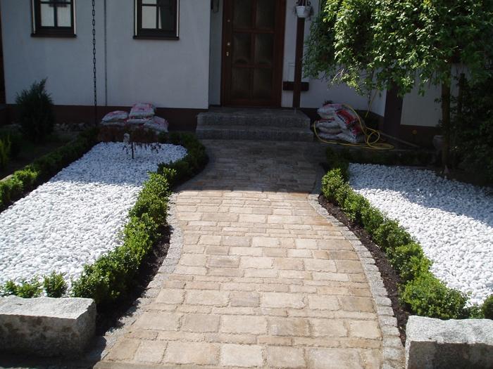 vorgartengestaltung weg aus pflaster und kiesbeet m 700 525 pixel pflastern
