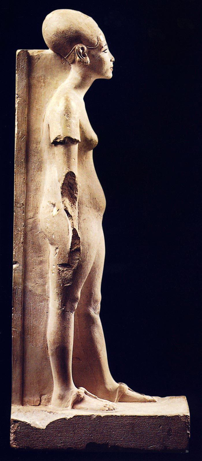 La obra muestra a la reina de pie, con el pie izquierdo avanzado y con los brazos relajados y cayendo a cada lado del cuerpo, aunque el derecho no se conserva debido a una fractura. La escultura integra una pilastra dorsal y una base que proporciona estabilidad, sin que exista ninguna inscripción en ninguna de las superficies. En realidad lo único que permite identificar a la mujer representada como Nefertiti es la semejanza de sus rasgos y atuendo con otras representaciones de la reina.