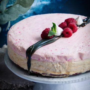 Bjud på en vacker och uppfriskande cheesecake till midsommar eller kräftskivan! Vårt recept på lakrits- och hallon cheesecake är så gott, prova själv!