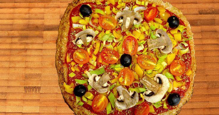 Fabulosa receta para Pizza de coliflor vegana {FitKen} . La receta en esta video: https://youtu.be/-7JD8aW8Sv8  Hola amigos!!  Hoy os traigo una pizza sin harinas perfecta para las dietas de adelgazamiento y si queremos cuidar la línea!!  Esta pizza lleva de base una pastita de coliflor y semillas, sin ningún tipo de harinas por lo que muy baja en carbohidratos! Y aunque no queda una masa crujiente está buenísima!! Espero que os guste!! ;-)