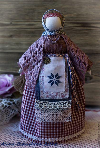 Купить или заказать Кукла-оберег 'Берегиня' в интернет-магазине на Ярмарке Мастеров. Кукла – оберег «Берегиня дома» занимает среди всех народных кукол особое место благодаря своему назначению. Она охраняет дом, призывает добрых и светлых духов для того, чтобы защищать жилище хозяина от тёмных сил, различных наветов, дурного глаза. Такая кукла раньше была в каждом доме, славяне приписывали ей большую силу. Перед ней ставили самые разные задачи не только по защите дома, привлечению&...