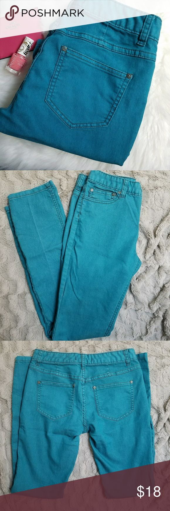 Free People Teal Skinny Jeans Size 26 Skinny jeans by Free people. Size 26. Small light pink stain on the waist band. Inseam is 31 inches, rise is 8.5 inches and waist is 14.5 inches. (A76) Free People Jeans Skinny