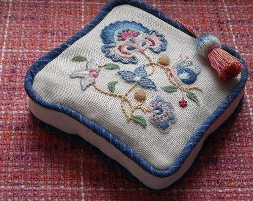 В 17-18 веках Англии большую популярность приобрела вышивка шерстью с характерными цветами и мотивами. На эту тему повлияли рисунки венецианского и игольчатого кружева, фламандский текстиль, темой которых являлись изогнутые стилизованные листья. В знатных домах в этой вышивке были оформлены настенные драпировки, диванные подушки, обитые текстилем стулья, оконные портьеры, напольные ковры...…