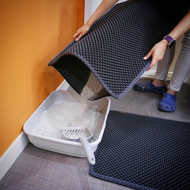 Our innovative dual-structure cat litter mat grabs litter like a Black Hole and helps keep your floor clean