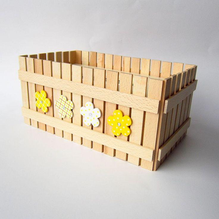 Kapesníkovník Originální dřevěný kapesníkovník zdobený nalepeným malým plotem a zdobený květinovými aplikacemi. Použité barvy a matný lak, kterým je přelakový plot, jsou zdravotně nezavadné a vhodné pro děti. Plot je ruční výroba, nestejná výška jednotlivých dřevíček je záměrem. Velikost: 27 x 14 x 12 cm Do přírodní sady je vhodný pastelníkovník, ...