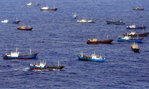 鳥島周辺で漁をする多くの中国漁船とみられる外国船。中には中国国旗をたなびかせる船もあった=伊豆諸島の鳥島周辺で2014年10月31日午後1時58分、本社機「希望」から小川昌宏撮影 ▼1Nov2014毎日新聞|サンゴ密漁:中国漁船、伊豆諸島まで北上 http://mainichi.jp/shimen/news/20141101ddm001040101000c.html