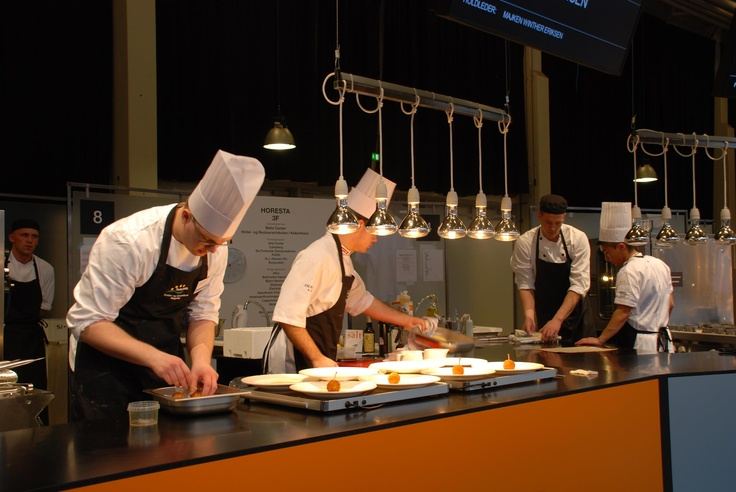 Klaus Ladeby (t.v.) og Kristoffer Ringsing forbereder hovedretten til aflevering præcis klokken 14.