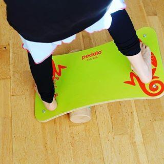 #Werbung bei uns ist neu eingezogen das Pedalo Rola-Bola Board. Fanden sie es am Anfang noch sehr schwer, so haben sie die letzten Tage kräftig geübt und mögen das Gleichgewicht halten Rollen und Bewegen sehr. Ein super Board was uns da als #prsamples zur Verfügung gestellt wurde. Mega Ding #aktivekinder #bewegung #rolabola #pedalo #ostern #koordination @pedalo_by_hh
