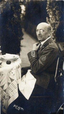 Una rara fotografia di d'Annunzio a tavola, a Fiume
