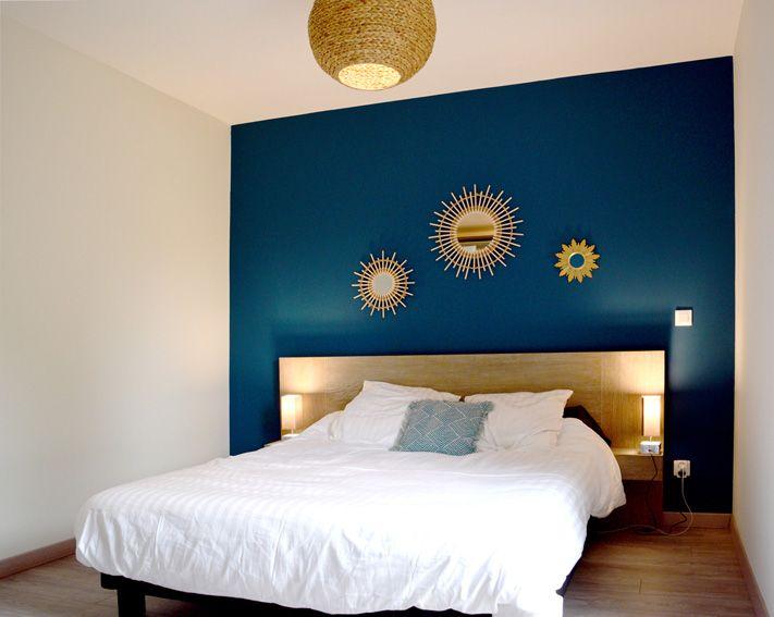 chambre bleu canard blanc bois boho miroir soleil bois doré osier ...