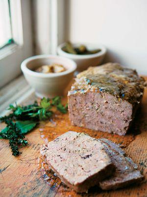 Terrine de campagne,  porc, foies de volaille, cognac, 4 épices, poivre et fines herbes.