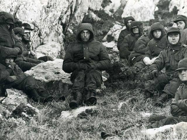 VGM José Luis Aparicio (a la derecha) y su compañero VGM Jorge Suárez (izquierda al centro de la imagen). Fueron hechos prisioneros por las tropas británicas después del 12 de junio 1982, en la batalla de Monte Longdon.
