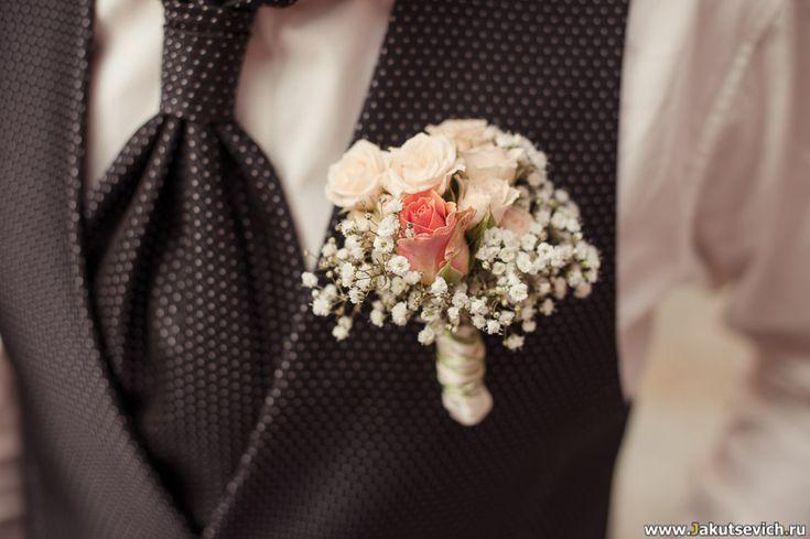 Бутоньерка жениха – Размер цветов, их цвет и композиция сплелись в одном красивейшем произведении.