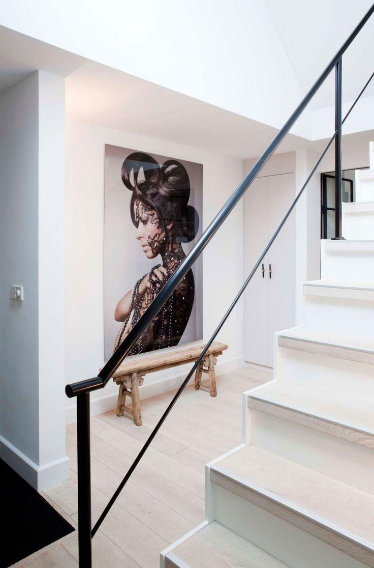 Een fraai gerenoveerd familiehuis in Amsterdam laat zien hoe het moet. Op maat gemaakte kasten, veel licht en ruimte en prachtige materialen.