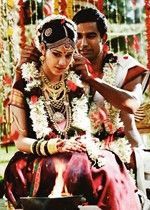 A South Indian bride with Shringarpatti, Mangamalai, lotus necklace, Vanki and other gold jewels.