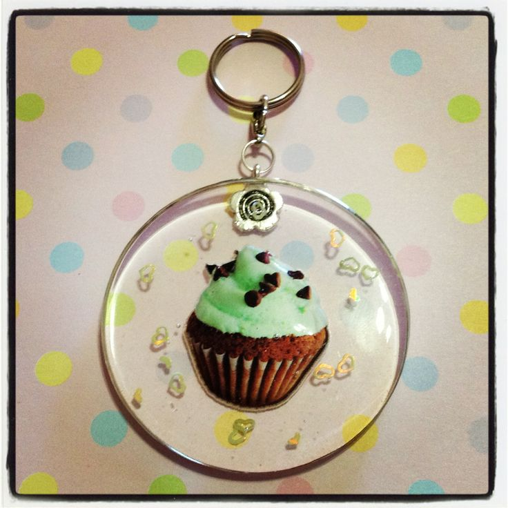 A mint cupcake resin keychain to hang all your keys from! Little green heart confetti are also embedded in the resin, and this keychain is approx. 5.5cm in diamater, and 0.5cm thick.  *** Please remember that this is a hand crafted item, and therefore will not always look exactly as pictured as...