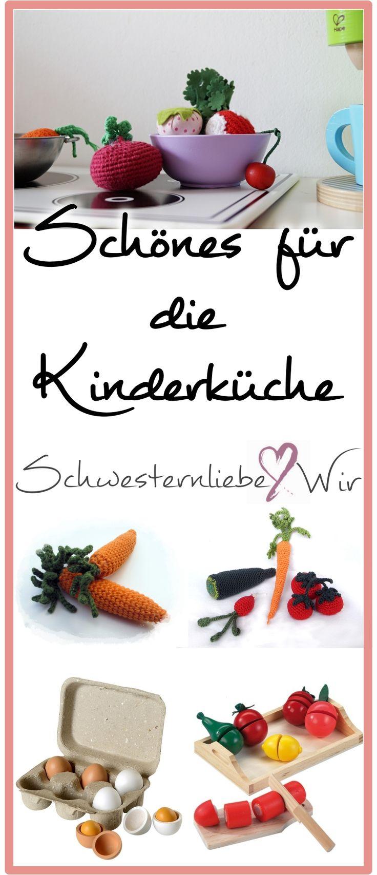 """Eines der liebsten Spielzeuge meiner Mädels ist eindeutig die Kinderküche. Vor allem unsere Mittlere liebt es momentan uns Essen zu """"reservieren"""". Meine liebstes Kinderküchen-Zubehör gibt es jetzt am Blog:  https://schwesternliebeundwir.de/kinderzimmer-schoenes-fuer-die-kinderkueche/  #kinderküche #häkeln #holz #holzspielzeug #kinderküchenzubehör #töpfe #gemüse #obst"""