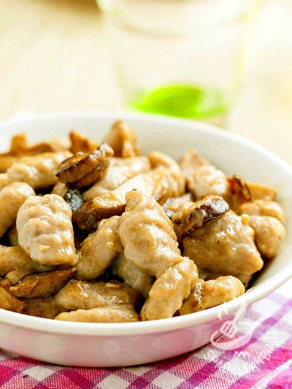 Gli Gnocchi di castagne ai funghi sono una vera raffinatezza. Per avvantaggiarvi sui tempi preparate l'impasto in quantità e poi congelate gli gnocchetti! #gnocchiallecastagne
