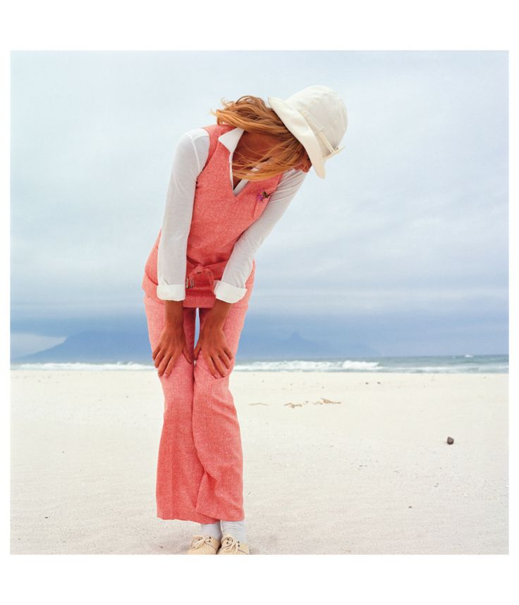 Mannequin in a salmon-colored suit and a white blouse on a beach 1965 Photo FC Gundlach copia
