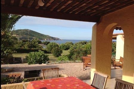 Regardez ce logement incroyable sur Airbnb : villa bord de mer 70 m2  tout confort beau jardin - Maisons à louer à Cargèse