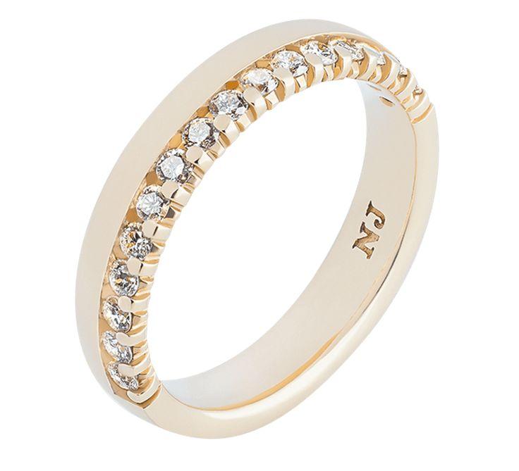 Великолепное обручальное кольцо, символ красивой семейной жизни в роскоши и благополучии. Привлекательный дизайн и качественное исполнение. Ювелирная марка Nico Juliany представляет эксклюзивные золотые кольца на свадьбу. Ювелирное изделие украшают бриллианты — самые яркие драгоценные камни в мире. Посмотрите другие модели обручальных колец.