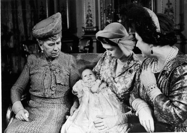 Le donne della Casa Reale: dopo il battesimo della Principessa Anna. Elisabetta con in braccio la piccola e al fianco al Regina Madre, nonna per la seconda volta e la bisnonna Mary di Teck.