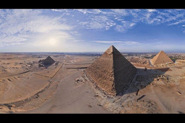 Imagens panorâmicas como essa das Pirâmides do Egito foram obtidas com a ajuda de um avião, um balão e um helicóptero de controle remoto. Mas a equipe agora conta principalmente com o apoio de drones