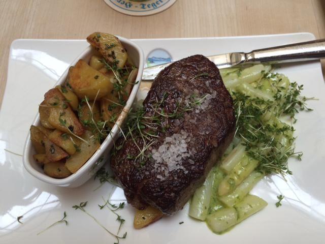 Steak mit Spargel-Bärlauch-Ragout im Tegernseer Tal Bräuhaus in München. Lust Restaurants zu testen und Bewirtungskosten zurück erstatten lassen? https://www.testando.de/so-funktionierts