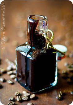 Schoko-Sirup... 300 g Rohrzucker 125 ml frisch gekochter Kaffee 50 ml Wasser 50 g Kakaopulver 25 g Milchschokolade 1/2 TL Salz 25 ml Vanille-Extrakt oder das Mark einer Vanilleschote Alle Zutaten in einen Topf geben und bei mittlerer Hitze unter ständigem Rühren zum Kochen bringen, einmal aufkochen, in eine ausgekochte Flasche füllen und sofort verschließen (hält sich einige Wochen im Kühlschrank) oder innerhalb einiger Tage verbrauchen.