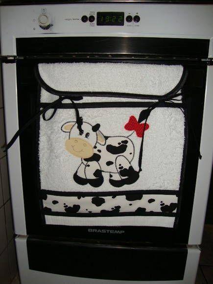 Sugerido e encomendado por uma cliente, a partir de R$ 25,00 dependendo do tema do bordado e do tamanho, esta toalhinha para porta do forno é muito prática, enfeita e protege o fogão. O resultado ficou ótimo, Ela é exatamente como a tolahinha /puxador de geladeira.  Pode ser feita para acompanhar qualquer kit de cozinha R$ 25,00