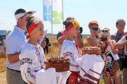 ДЕНЬ ПОЛЯ: АГРАРІЇ ОБМІНЮВАЛИСЯ ДОСВІДОМ, ПОБАЧИТИ ДЕМОНСТРАЦІЙНИЙ ОБМОЛОТ ЗЕРНА, ОЗНАЙОМИЛИСЬ З НОВИМИ РОЗРОБКАМИ http://knt.sm.gov.ua/index.php/uk/8-novini/6872-den-polya-agrariji-obminyuvalisya-dosvidom-pobachiti-demonstratsijnij-obmolot-zerna-oznajomilis-z-novimi-rozrobkami-v-sferi-efektivnikh-silskogospodarskikh-tekhnologij  Представники Конотопського району взяли участь у святкуванні Дня поля на території інституту сільського господарства Північного Сходу НААН України, Сумського району…