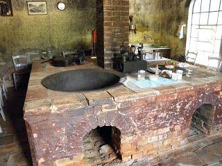 A cozinha ligada à antiga senzala dos escravos domésticos (no caso, eram 20 os domésticos e 80 os que trabalhavam no cafezal).  Hotel fazenda Solar das Andorinhas, em Campinas.