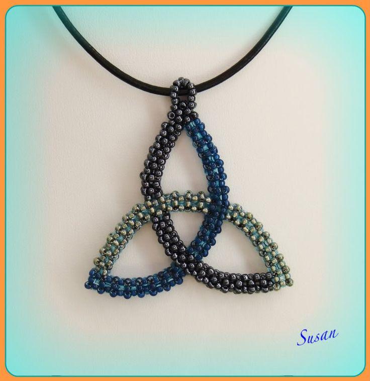 Min väninnas son önskade sig ett hänge av någon keltisk motiv.  Jag ville inte göra en riktigt 3D för en kille, därför gjorde jag det med...