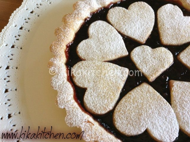 La crostata di marmellata morbida e friabile è il classico dolce casalingo. Una preparazione semplice per un dolce di sicuro successo.