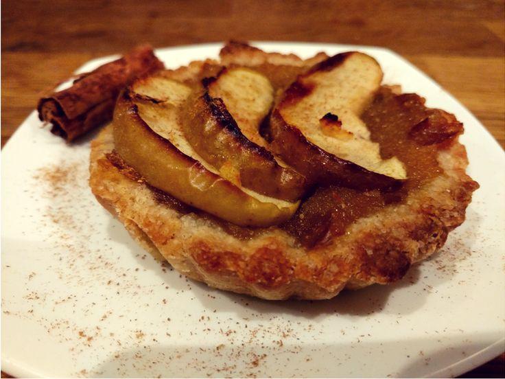 Una pasta frolla da urlo crostatine alle mele . Ingredienti per 6 crostatine Per la pasta frolla: 250 g di farina semintegrale di tipo 1 10o g di zucchero di canna raw 90 g di olio di semi di girasole bio spremuto a freddo 50 g di latte di riso 1 cucchiaino raso di sale fino Per la farcia e la decorazione: 3 mele renette 1 cucchiaio di zucchero di canna 1 cucchiaino di succo di limone 2 cucchiaini di miele 1 cucchiaino di radice di zenzero tritata cannella, combava o altre spezie a piacere