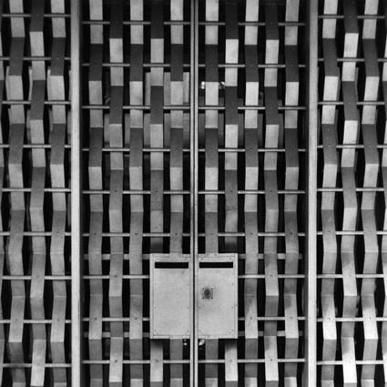 photo détail atelier des frères Martel - Jean Prouve metal front door at 10 Rue Mallet Stevens, Paris
