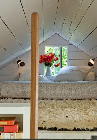 Czerwone kwiaty w sypialni, fot.: Jessica Helgerson Interior Design