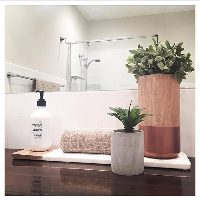 @styledbywillowhome has repurposed her much coveted #marble chopping board as a nifty bathroom display and it works really well! Much too nice for the menial task of chopping food surely?? I'm also really chuffed to see my favorite artificial plant making an appearance Thank you for the tag @styledbywillowhome #Kmart #kmartnz #kmartaus #bathroom #bathroomstyling #minimalist #interiordecor #interiorinspo #interiordesign