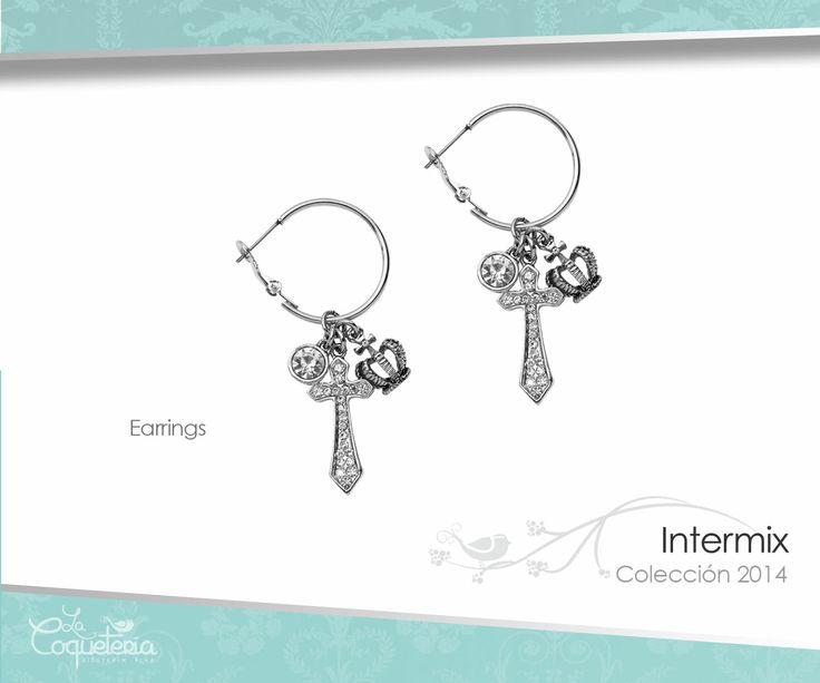 Estos aros de plata bruñida cuentan con un trío de dijes colgantes: un cristal, una corona y una cruz reluciente. www.lacoqueteria.co #earrings #aretes #accesories #beautiful #lacoqueteria  #fashion #shoppingonline #tiendaenlinea #mexico #accesorios