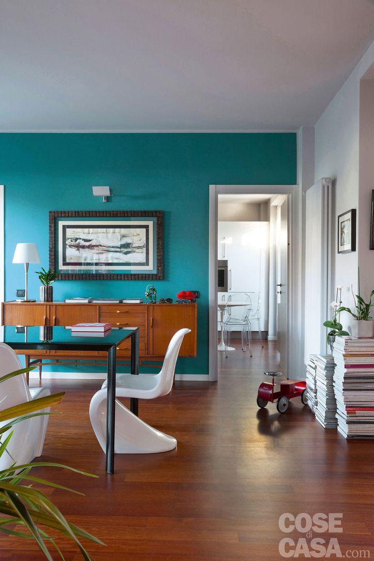 Accostamenti cromatici inusuali caratterizzano la luminosa abitazione unifamiliare. La zona giorno aperta è un concentrato di stili e ispirazioni.
