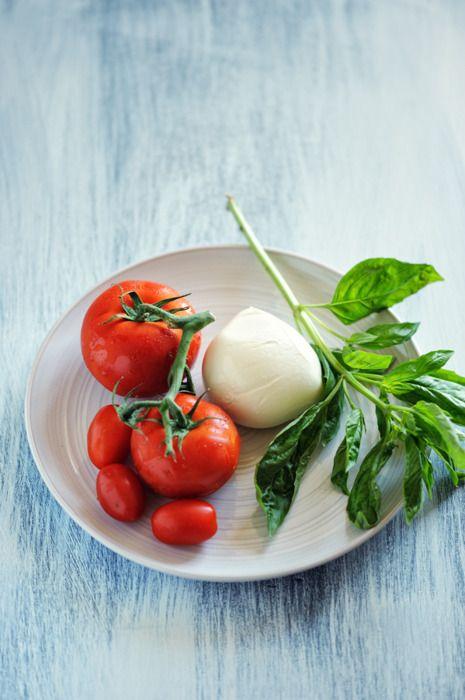 tomato + basil + mozSummer Diet, Favorite Things, Balsamic Vinegar, Caprese Salad, Capr Salad, Salad Bruschetta, Italy, Basil, Italian Foods