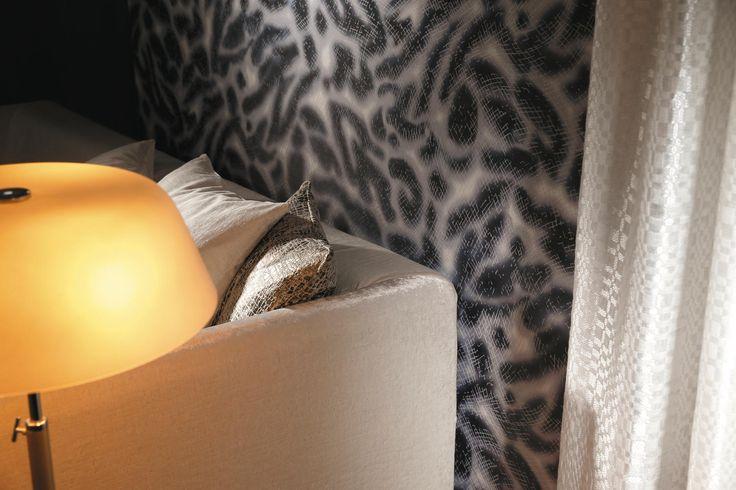 Sur fond intissé imitation textile, une impression digitale appliquée par transfert a permis de reproduire sur « Royal Guépard » son pelage moucheté emblématique. Puis, à sa surface, une cire couleur champagne lui octroie ce quadrillage en relief.